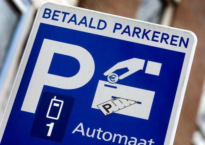 Raadslid Leo Janssen vindt dat het betaald parkeren in de binnenstad tijdelijk afgeschaft moet worden.