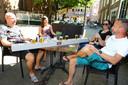 Op de Varkenmarkt staat er een 'anderhalve meter bier' op tafel van Gorcumers Wesley de Bruijn, Eva Zethof, Adriënne van Wijk en Ruud van Wijk (vlnr).