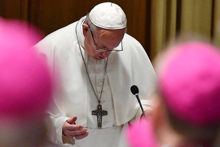 Pope Francis in gebed tijdens de opening van de misbruiktop. Beeld EPA