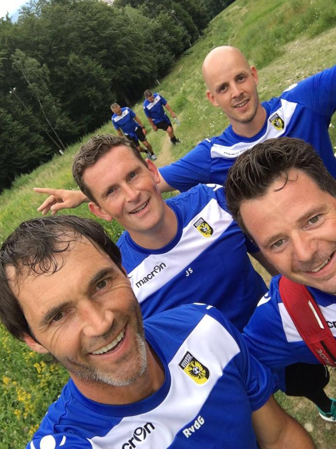 Rob Hoekjan (rechtsonder op de foto) stilt de honger van de Vitesse-selectie.