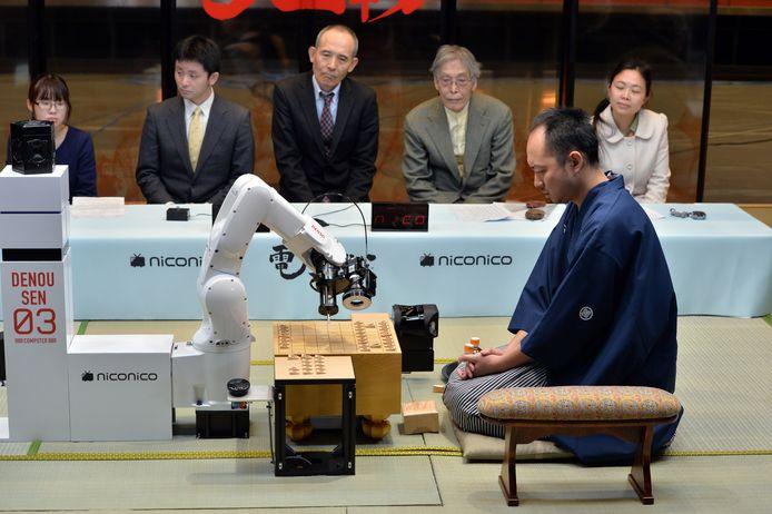 Een robotarm speelt een potje shogi, Japans schaken, tegen een professional.
