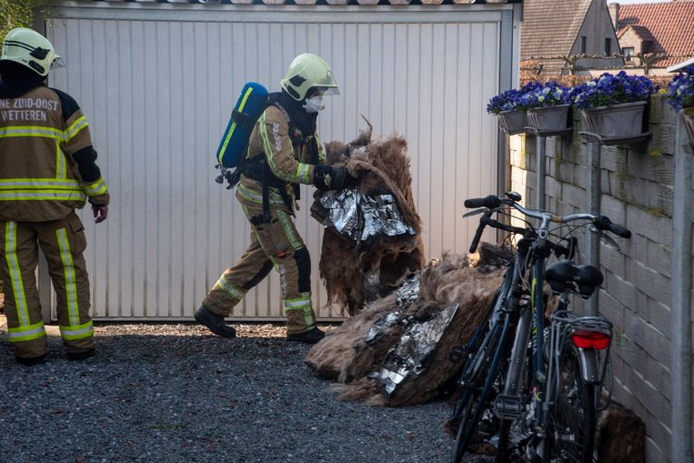 Bij een brand in een tuinhuis op de Laarnesteenweg raakten het dak en de inboedel beschadigd.