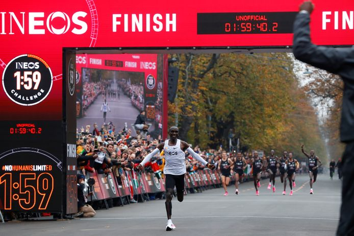 Eliud Kipchoge passeert de finish.