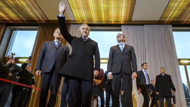 De Turks-Cypriotische Mustafa Akinci zwaait bij zijn aankomst in Genève, waar deze week gepraat wordt over hereniging. Beeld afp
