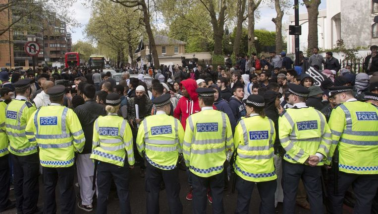 April 2014: De politie in Londen voorkomt een confrontatie tussen moslims en aanhangers van de English Defense League. Beeld anp