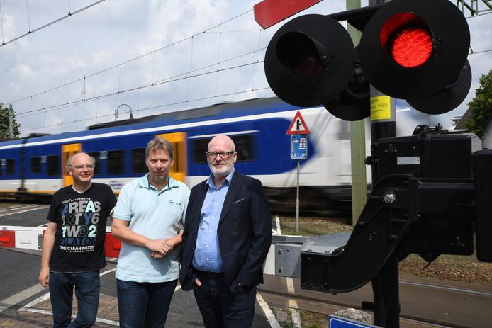 Leden van belangengroep Rijen Ontspoort Jeroen van Dijk, Bart van der Ven en Ad Vos (vlnr) vinden het onvoorstelbaar dat de gemeente een auto-te-gasttunnel onder het spoor wil. Zij vinden die niet veilig.