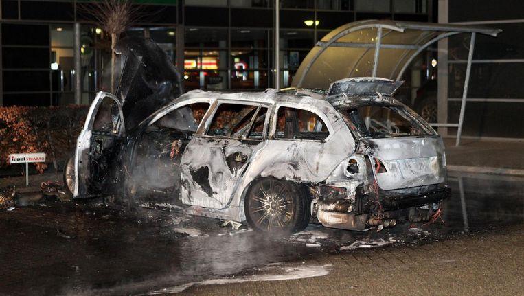 Deze uitgebrande auto is na de liquidatie waarschijnlijk door de schutters in hun vlucht gebruikt Beeld anp