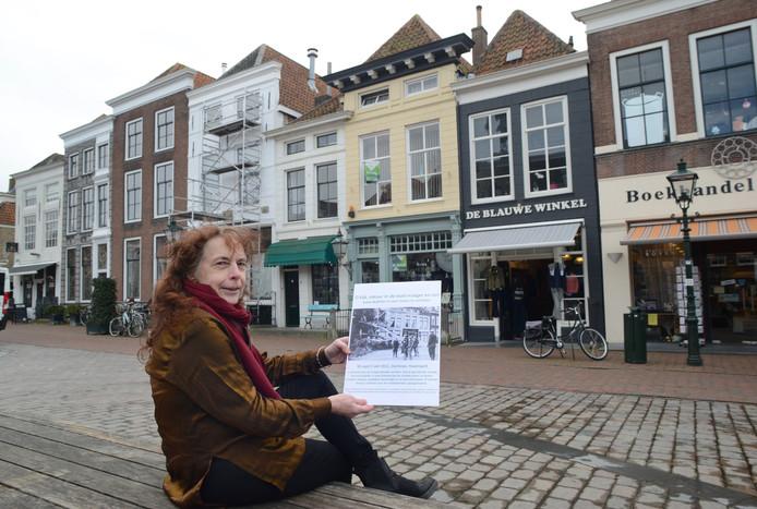 Jolien Hemmes van de stichting Vlam op het Havenplein. Precies daar viel bij een superstorm in 1911 een enorme boom om
