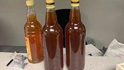 Leon 82 dagen onschuldig vast voor binnenbrengen van drie flesjes honing in VS