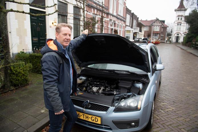 Verslaggever Leo van Raaij bij zijn vertrouwde diesel.