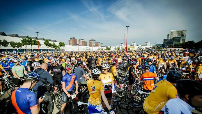 Dertienduizend wielerfans doen mee aan de zogeheten Toerversie