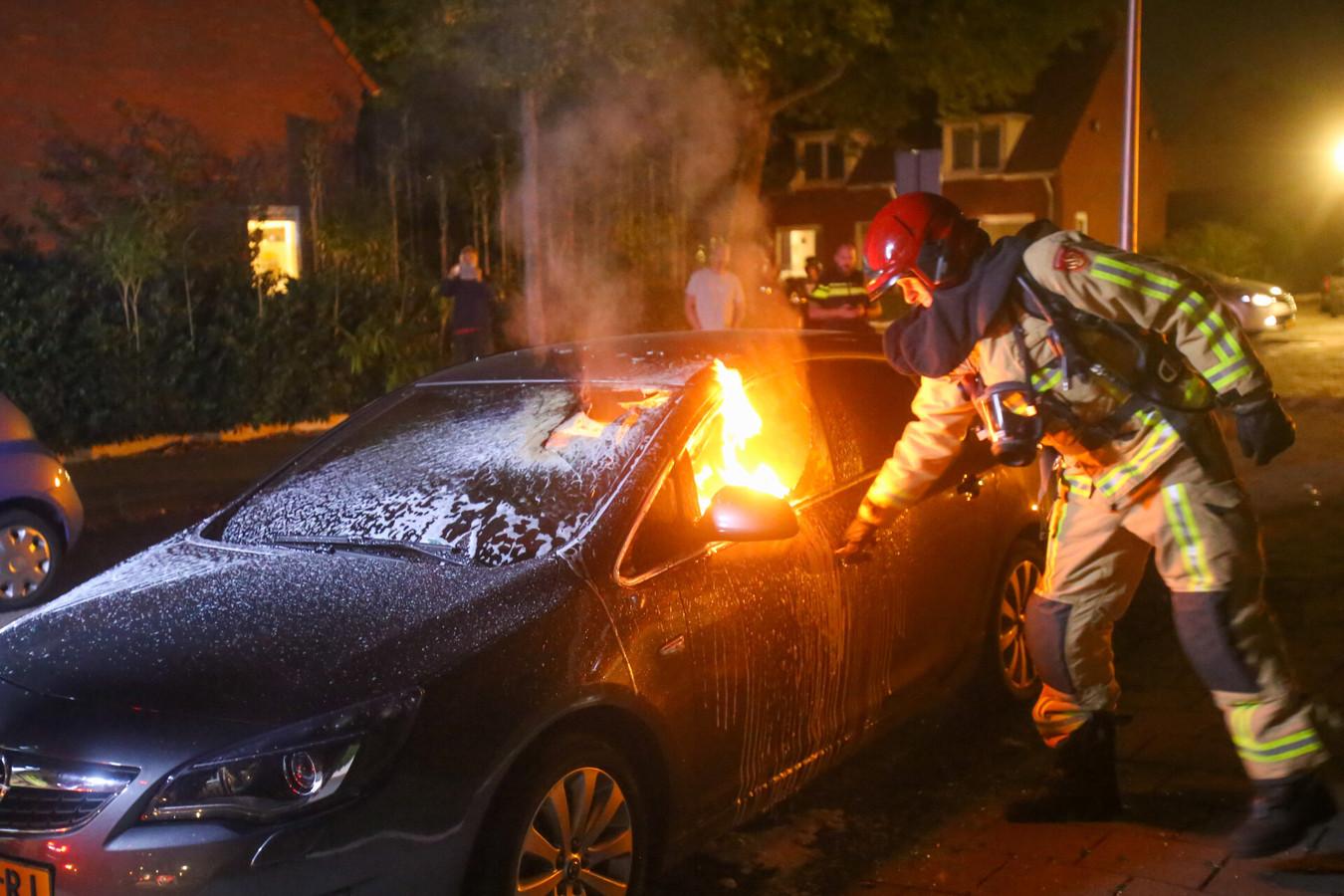 Auto in brand op de Memlincstraat in Eindhoven.