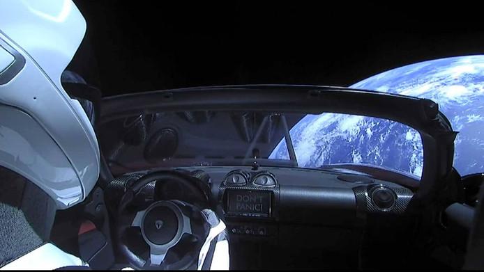 Don't panic, oftewel: geen paniek staat er op de display van de ruimte-Roadster