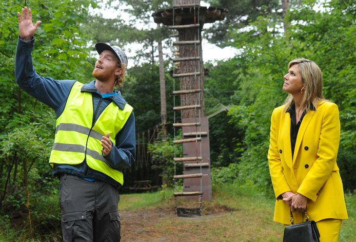 Instructeur Rutger van Vlijmen geeft uitleg in het Klimbos in Westenschouwen.