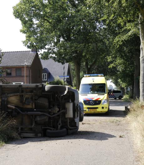 Auto op z'n zij in Sint Agatha, man gewond