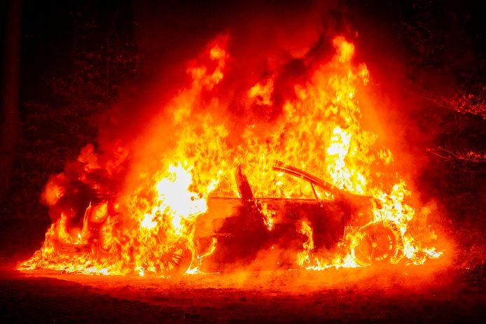 De auto is volledig uitgebrand in Velp.