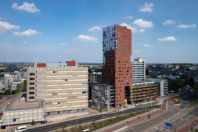 Het voormalig belastingkantoor (links) en woontoren De Nimbus.