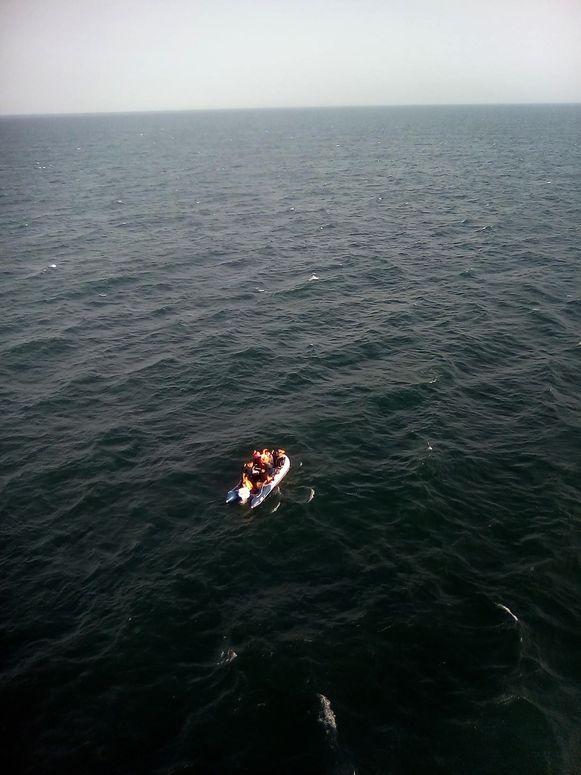 Ook op 24 juli bracht de Franse kustwacht elf migranten in hun dobberend bootje in veiligheid.