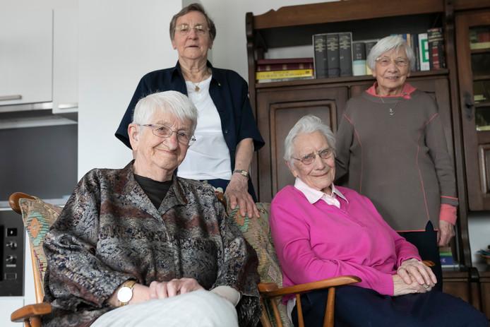 Zuster Agnes Koekkoek is de laatste zuster die Eindhoven heeft verruild voor het moederhuis in Schijndel.  Vlnr. onder Agnes Koekkoek, Theodora Kolkman, boven Alberta te Wierik en Bets Verbakel.