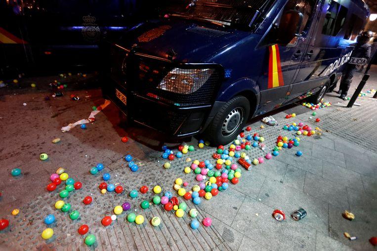 De politie kreeg in een vorm van ludiek protest ook plastic ballen naar het hoofd geslingerd. Beeld REUTERS