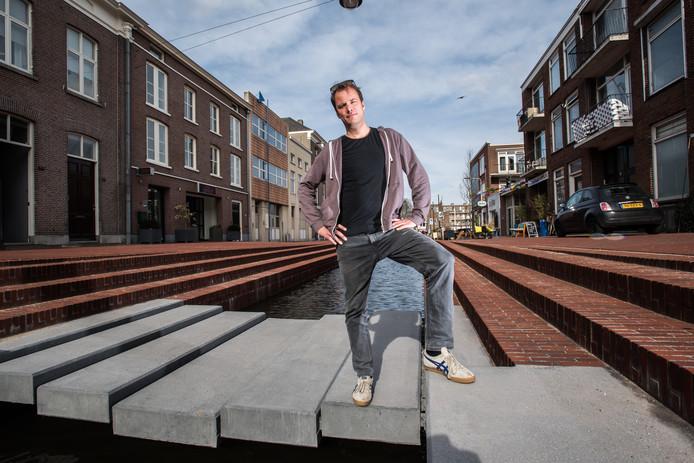 Uitbater Rob te Kamp van Café De Kroeg in de Nieuwstraat bij de Jansbeek die voor zijn zaak langs stroomt.