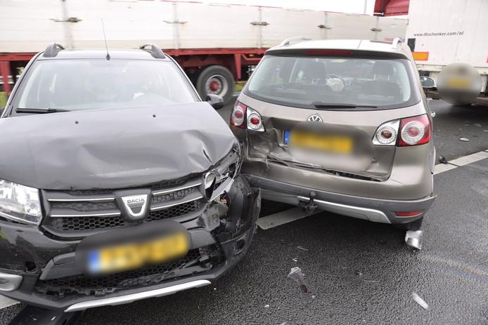 Twee auto's raakten flink beschadigd bij het ongeval op de A16.