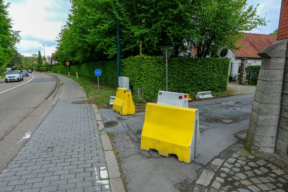 De betonnen blokken in de IJzerstraat zorgen voor minder sluipverkeer in de wijk Pittoreque, maar in de wijk 't Roth is het aantal wagens toegenomen.