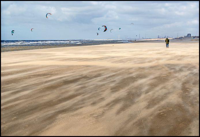 Waar de stranden een week geleden nog volliepen met nietsvermoedende dagjesmensen was het strand van Zandvoort de zaterdag erna het domein van kitesurfers en enkele wandelaars.