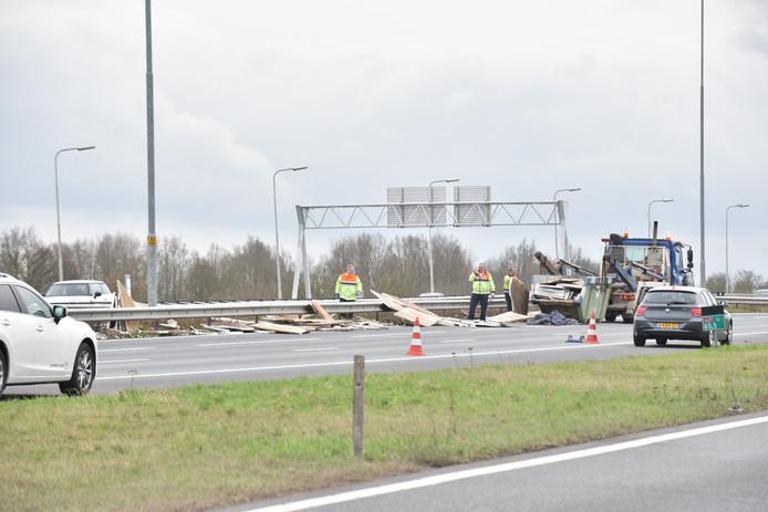 Door een lading verloren piepschuim op de A27 staat er een lange file.