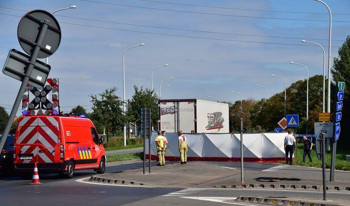 De zeventiger reed tegen de zijkant van een vrachtwagen op het kruispunt van de Noorderring met de Brugseweg, vlakbij het op- en afrittencomplex van de A19.