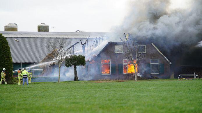 De vlammen legde de boerderij in Wesepe in de as.
