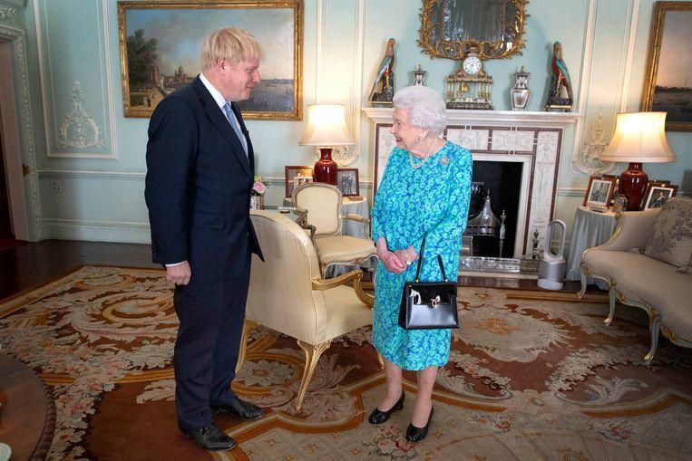 Koningin Elizabeth II verwelkomt Boris Johnson op Buckingham Palace. Johnson is de veertiende premier voor de 93-jarige vorstin. Haar eerste was Winston Churchill. Beeld Getty Images  / WPA Pool