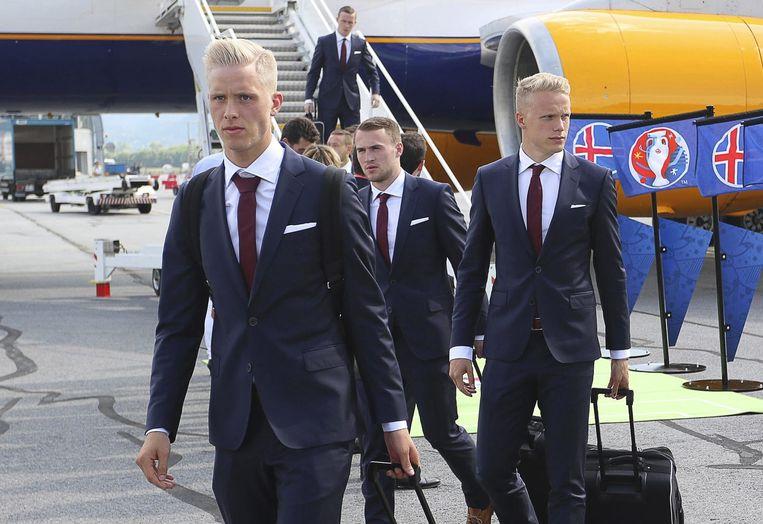 Hördur Magnusson (l) en Hjörtur Hermannsson komen op 7 juni aan op de luchthaven van Chambery, Frankrijk. Beeld epa