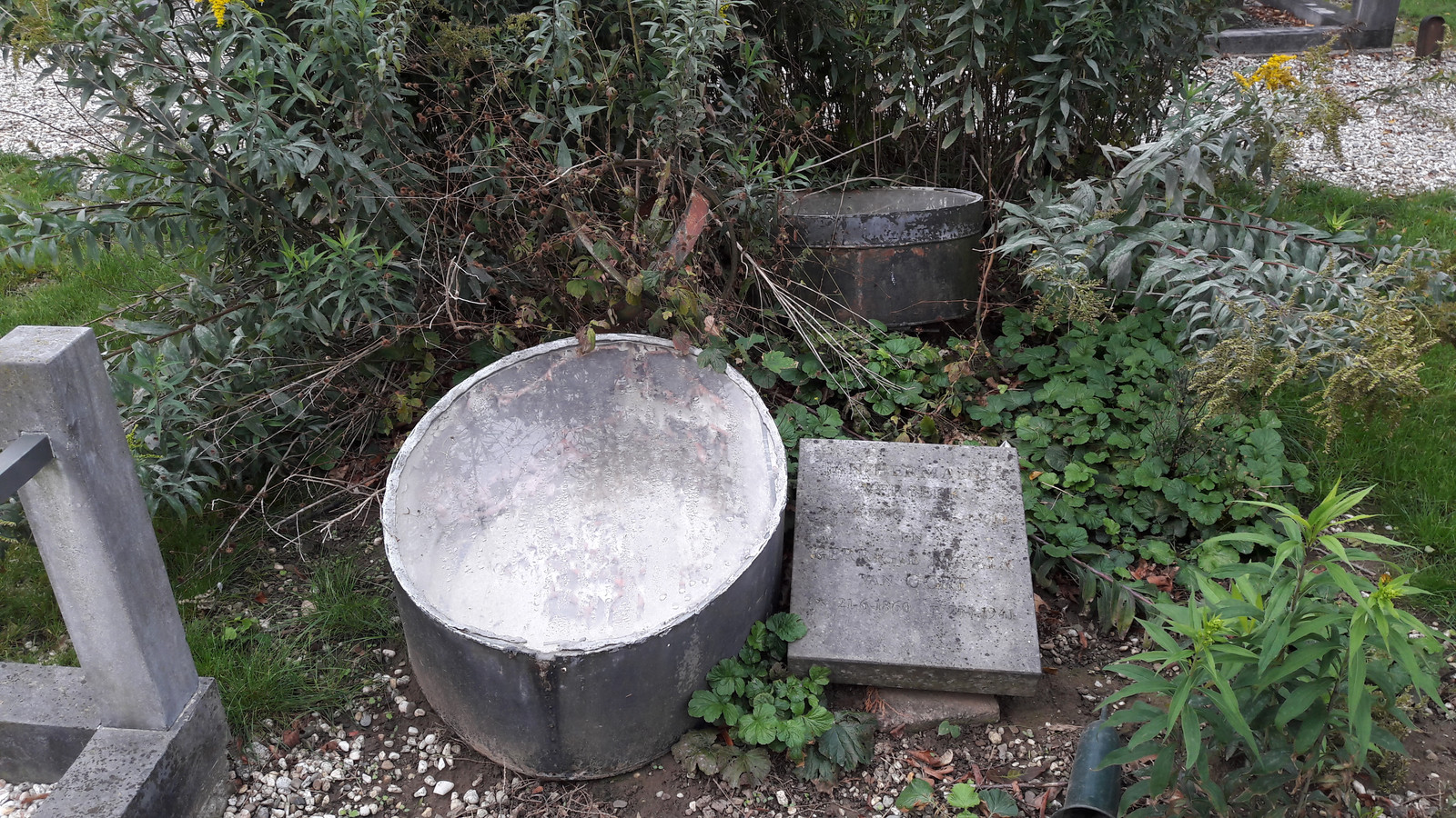 Ooit een grafversiering, de verweerde graftrommel op de begraafplaats aan de Burgemeester Van Randwijckstraat in Rossum.
