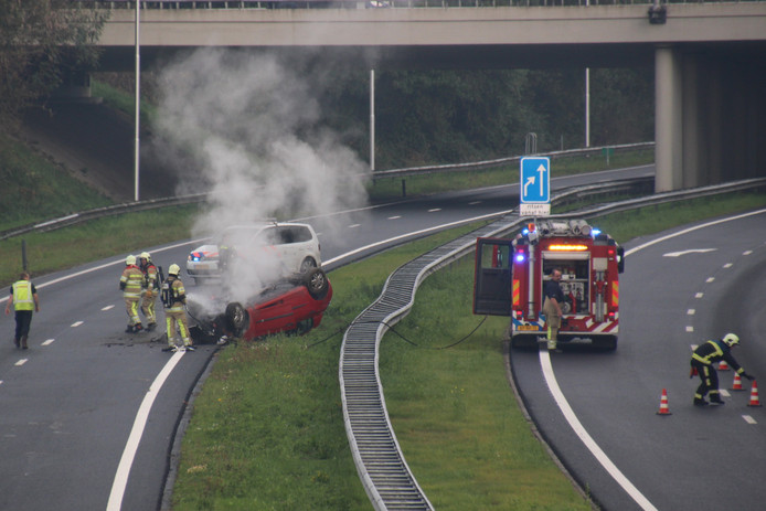 Nadat de auto over de kop vloog op het knooppunt van de A6 met de A50 bij Emmeloord en de inzittenden de auto zelf konden verlaten, brak er brand uit in het voertuig.