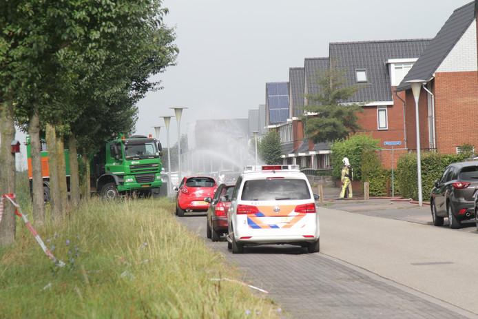 Bij de bestrijding van de gaslucht vernevelt de brandweer water in de Erfwal in Zwolle. Foto: GinoPress