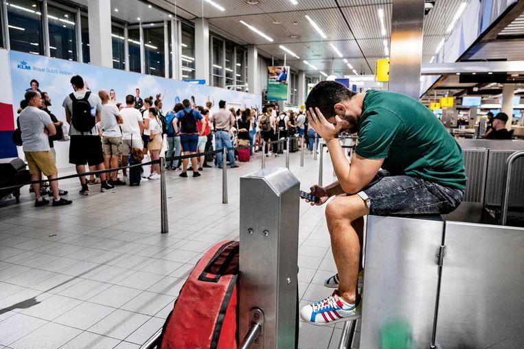 Drukte in de vertrekhal van luchthaven Schiphol. Beeld RAMON VAN FLYMEN/ANP