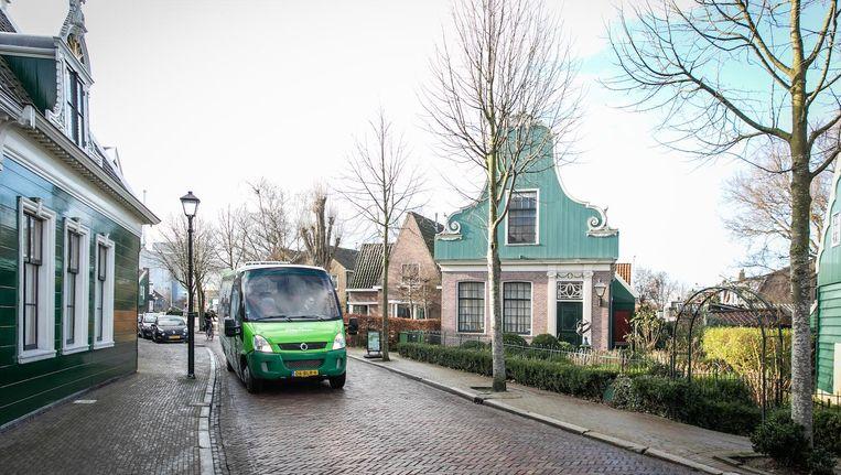 De busdienst heeft zeven haltes nabij bezienswaardigheden, waar toeristen kunnen in- en uitstappen. Beeld Dingena Mol