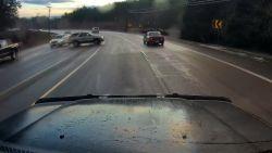Slippende auto mist bestuurders op haar na
