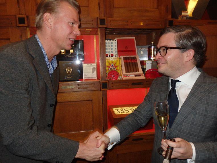François-Léon van der Velden (Glamourland Magazine) krijgt zijn eigen locker in Hajenius, en een warme hand van Hans Sijmons (l) van het sigarenhuis Beeld Schuim