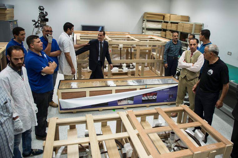 De strijdwagen van Toetanchamon  wordt voorzichtig overgebracht naar het nieuwe museum.  Beeld EPA