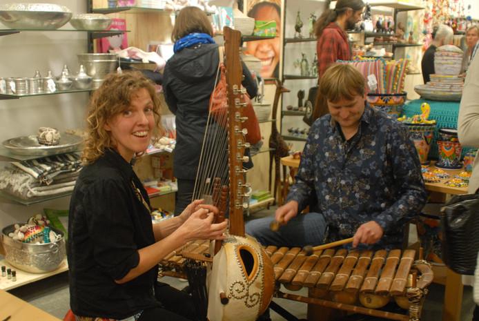 Ida Verstraten bespeelt de kora, een 21-snarig instrument uit Mali, terwijl haar compagnon Peter van Horik zich uitleeft op een uit buurland Burkina Faso afkomstige balafoon.