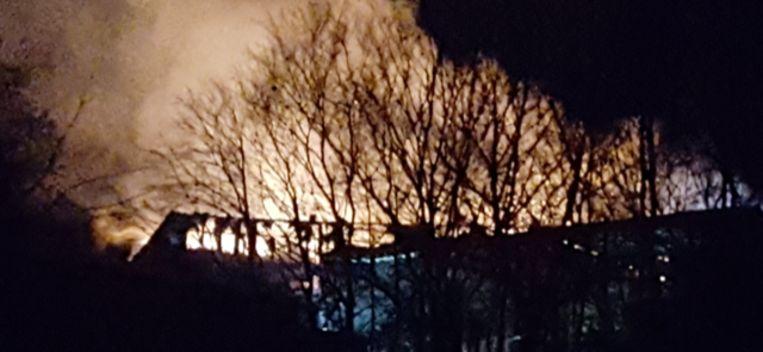 De brandgloed is van ver te zien.