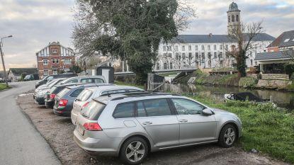 Drongenaars willen foutparkeerders langs Leie weg, stad belooft maatregelen