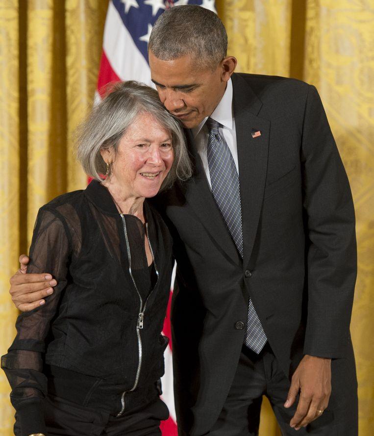 President Obama met Louise Glück bij de uitreiking van de National Humanities Medal in 2016.  Beeld Hollandse Hoogte / AFP