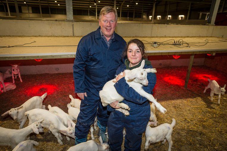 Ivan Konings heeft in z'n immense stal zes medewerkers in dienst: vier melkers, een bio-ingenieur en een voeder.
