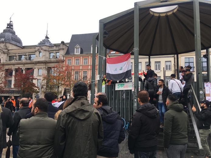 Irakese betogers verzamelen op de Antwerpse Groenplaats.