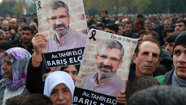 Duizenden Koerden woonden afgelopen zondag de begrafenis bij van Tahir Elci, een prominente Koerdische advocaat en mensenrechtenactivist. Elci was voorzitter van de Orde van Advocaten in Diyarbakir in Zuidoost-Turkije. Beeld ap