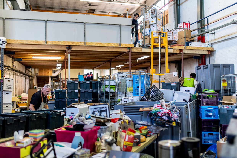 Het ontbreekt De Lokatie aan mankracht om alle afgedankte spullen snel te sorteren. Beeld Nosh Neneh