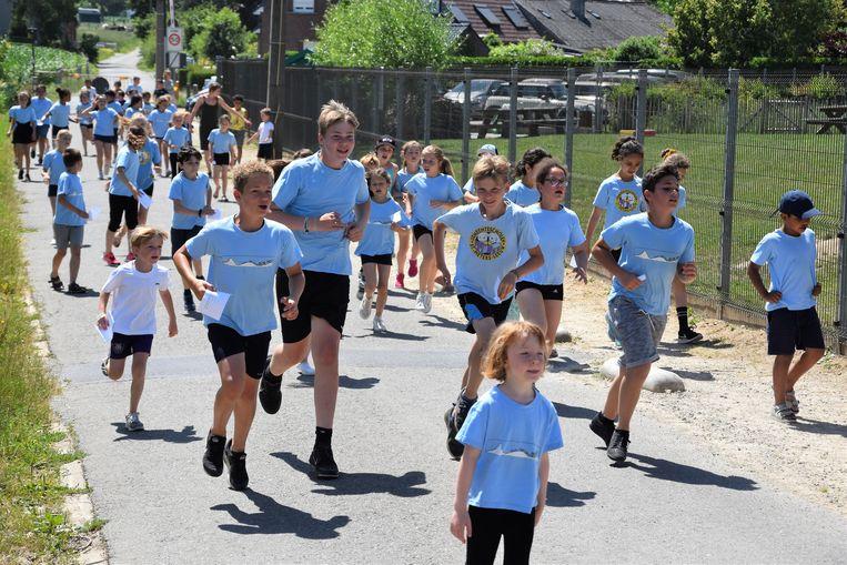 De leerlingen van basisschool Den Top sloten hun schooljaar af met een grote sponsorloop en een dansmarathon voor het goede doel.